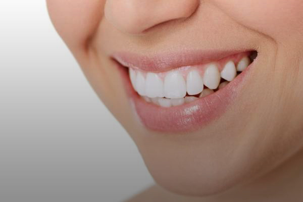 Get beautiful, shiny and healthy teeth through cosmetic dentistry services. Choose whitening, resin sides and clogs (white seals).